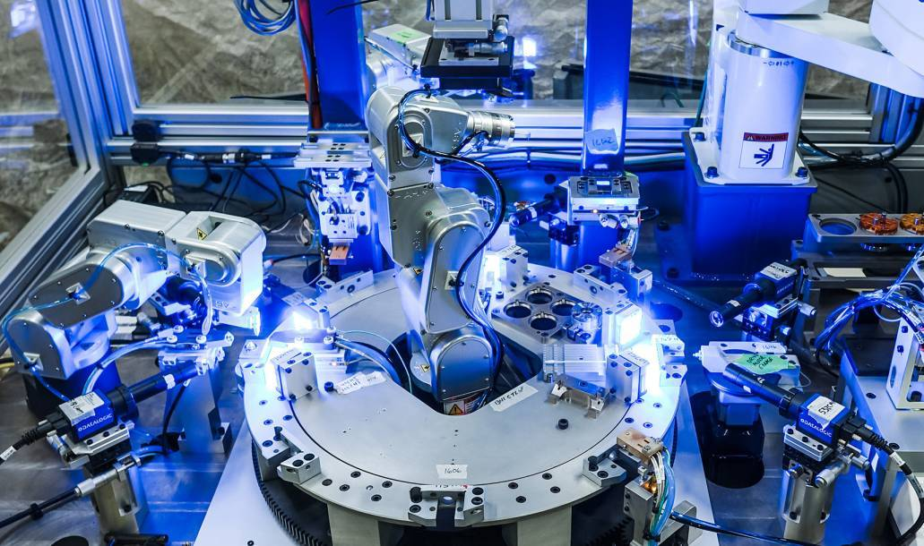 SDC, a system integrator, used three tiny six-axis robots from Mecademic and a large SCARA robot from another industrial robot manufacturer (image courtesy of SDC)
